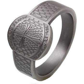 Mens ring i svart stål og strømdesign.