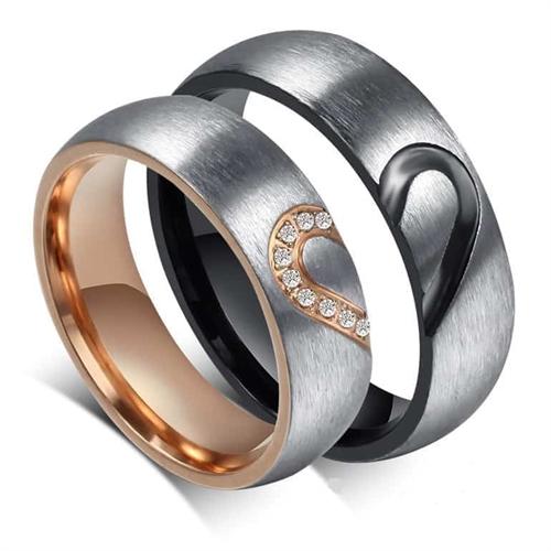 Förlovning är vacker och speciellt med dessa vackra ringar i matt stål. 1d64a32b1c8ef